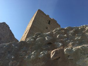 Vista del muro y la torre del Castillo