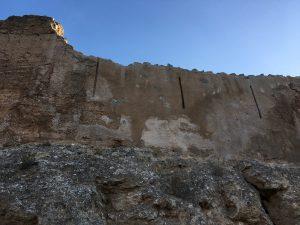Muros con ventanales estrechos
